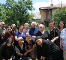 Gruzja Członkini naszego Stowarzyszenia Yoanna Ayers wraz z miejscowymi kobietami w odległym regionie Gruzji, Dżawachetii.